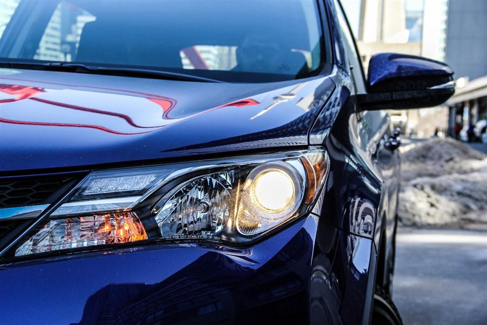 2014 Toyota RAV4 LE headlight