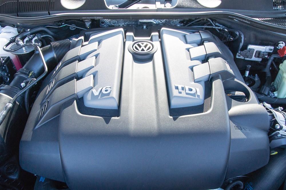 2014 Volkswagen Touareg TDI engine bay